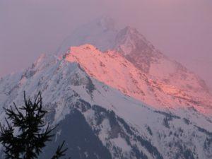 Rayons solaires révélant la montagne